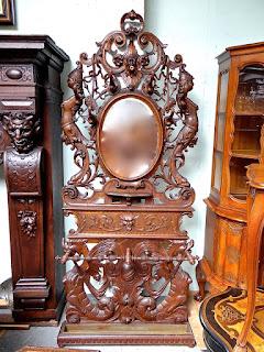 Красивая вешалка для одежды. ок.1870 г. Зеркало, резьба. Полость для зонтов. Патрон для лампочки.