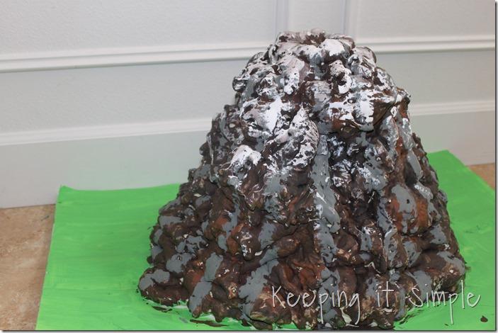 DIY-foam-volcano-for-baking-soda-and-vinegar-experiment (5)