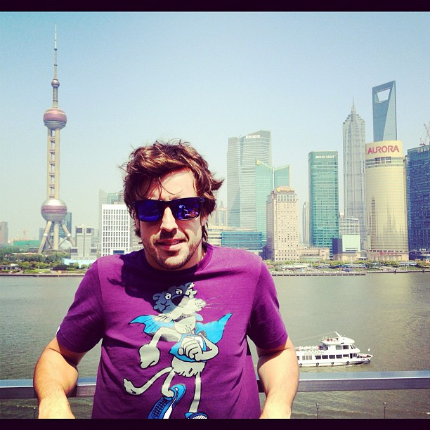 Фернандо Алонсо в забавной футболке с волком в Шанхае 17 апреля 2012