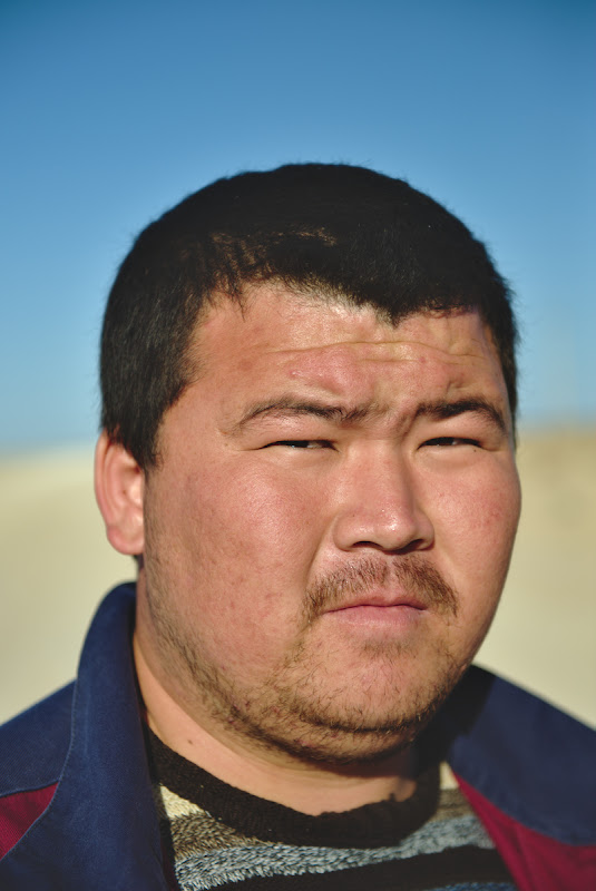 Privire de kazakh aprig, desi omul era foarte de treaba.