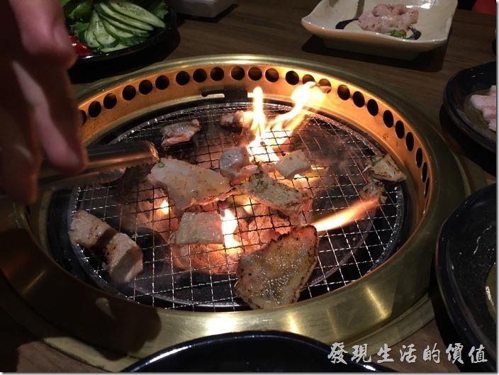 台北南港-乾杯燒烤。會烤及不會烤的馬上見真章,馬上給它發爐,燒起來了。