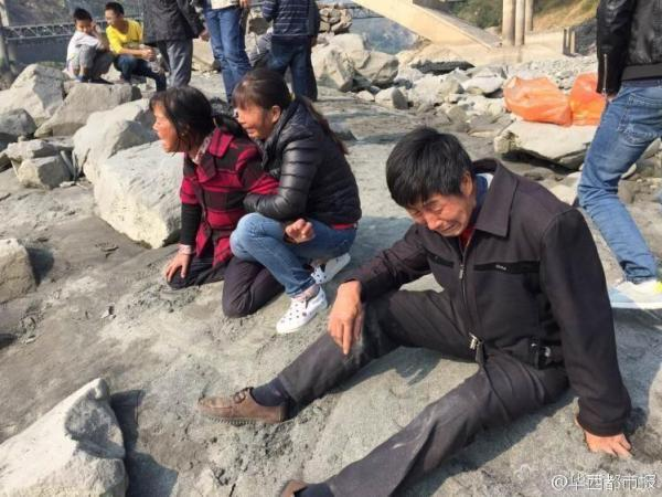 Image of Chinese Fishermen Demand Payment to Dredge Up a Corpse