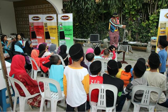 Kanak-kanak rumah  Pusat Jagaan Rumah Kesayangan dihiburkan dengan persembahan Badut