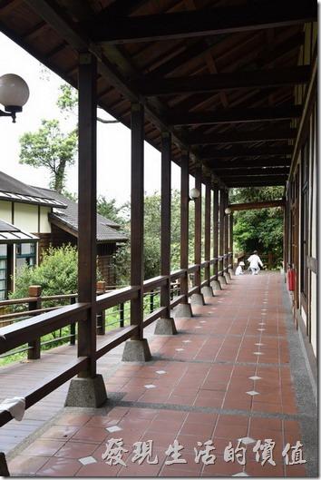 南投-內湖國小。新校舍的建築整體感覺讓校舍與自然森林融為一體。