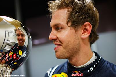 Себастьян Феттель смотрит в свое отражение в трофее на Гран-при Индии 2011