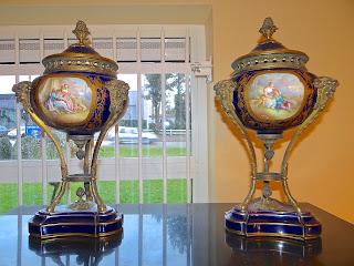 Две вазы Севрский фарфор. Франция 19-й век. Ручная роспись, резная, позолоченная бронза. Высота 46 см. 7500 евро.