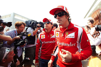 Фелипе Масса и Фернандо Алонсо идут по паддоку на Гран-при Кореи 2011