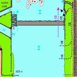 Pokud je vody dost a pod jezem není mělčina, je vhodné přenášení po pravém břehu, případně je možno dále lodě koníčkovat až k výpusti náhonu, kde se vrací dostatek vody pro další plavbu.