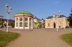 Františkův pramen - dřevěný pavilón byl postaven v roce 1793 při zakládání lázní a stál nad pramenem až do roku 1832. V té době byl postaven současný zděný klasicistní rondel s dórskými sloupy, který se zachoval v původní podobě a patří mezi symboly Františkových Lázní.