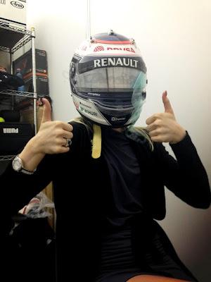 Эмилия Пиккарайнен примеряет шлем Вальтери Боттаса на Гран-при Австралии 2013