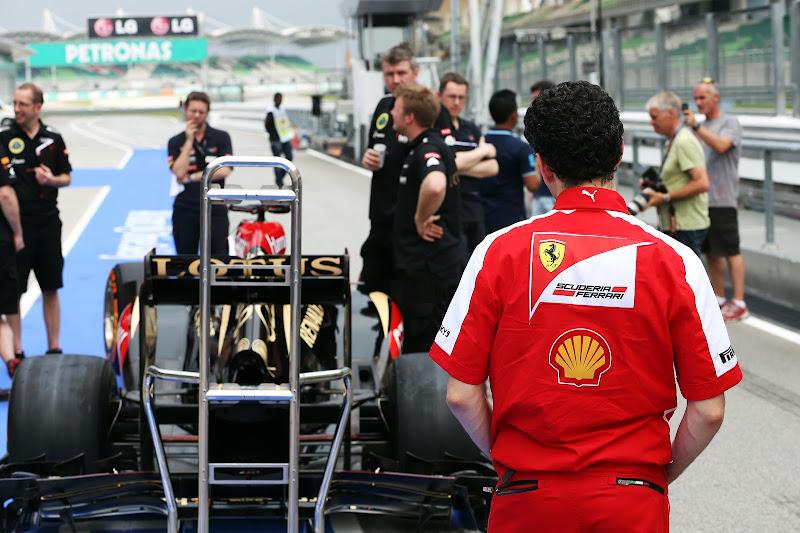 Андреа Стелла наблюдает за болидом Lotus на Гран-при Малайзии 2013
