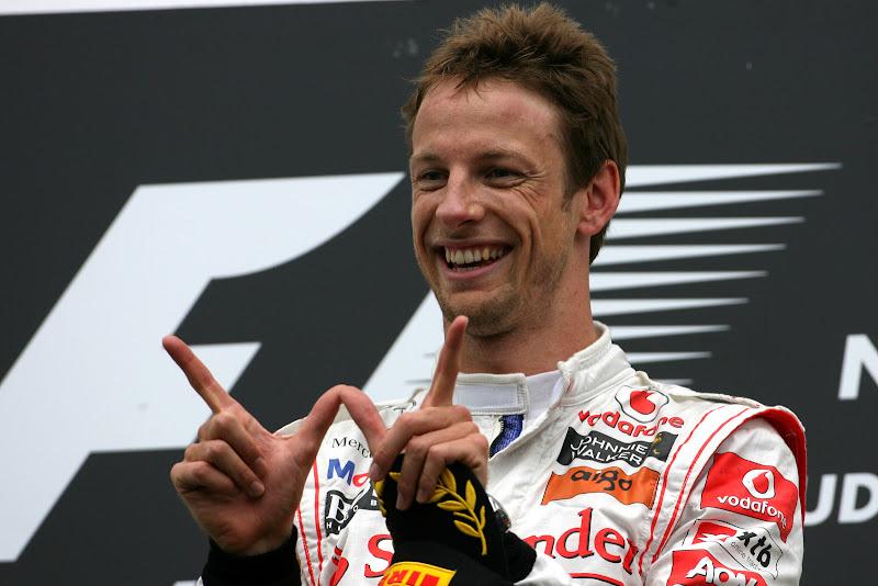 Дженсон Баттон радуется победе на подиуме Гран-при Венгрии 2011