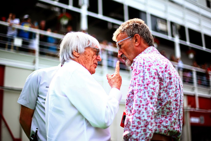 Берни Экклстоун показывает палец Эдди Джордану на Гран-при Испании 2014