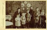 4. Павел Александрович Дернов и его семья. жена  Анна Аркадьевна, дети слева-направо Сеня, Гриша, Боря. Имя девочки неизвестно, но это не Варя. 1904-05гг.
