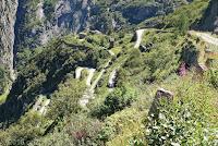 Vom Bäzberg wieder hinunter in die Schöllenenschlucht. Schön schmal und steil.