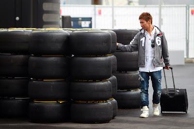 Камуи Кобаяши с чемоданом осматривает резину Pirelli на Гран-при Германии 2011
