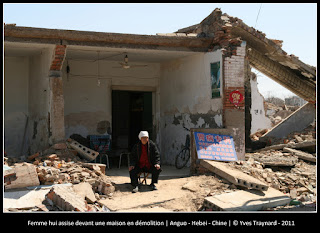Femme hui assise devant une maison en démolition | Anguo - Hebei - Chine | © Yves Traynard - 2011