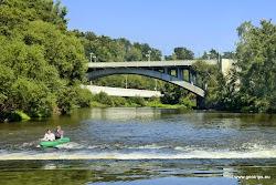 Dvěstě metrů za jezem u Solivárny je Ostrovský most. Za ním ústí do Ohře řeka Teplá.
