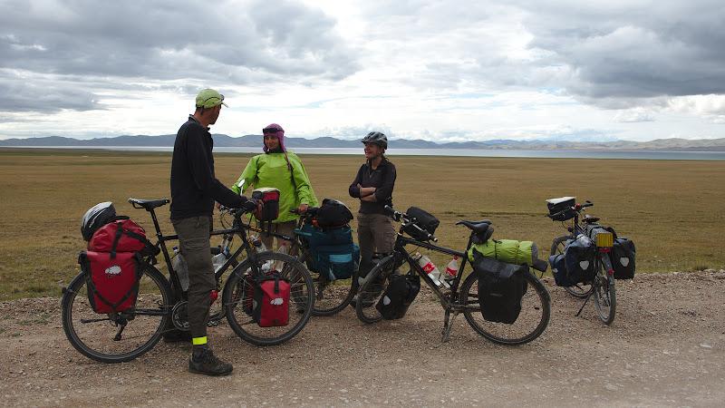 Doi spanioli veniti pe bicicleta de acasa si ocazie foarte buna pentru a schimba experiente despre drumul ce urmeaza.