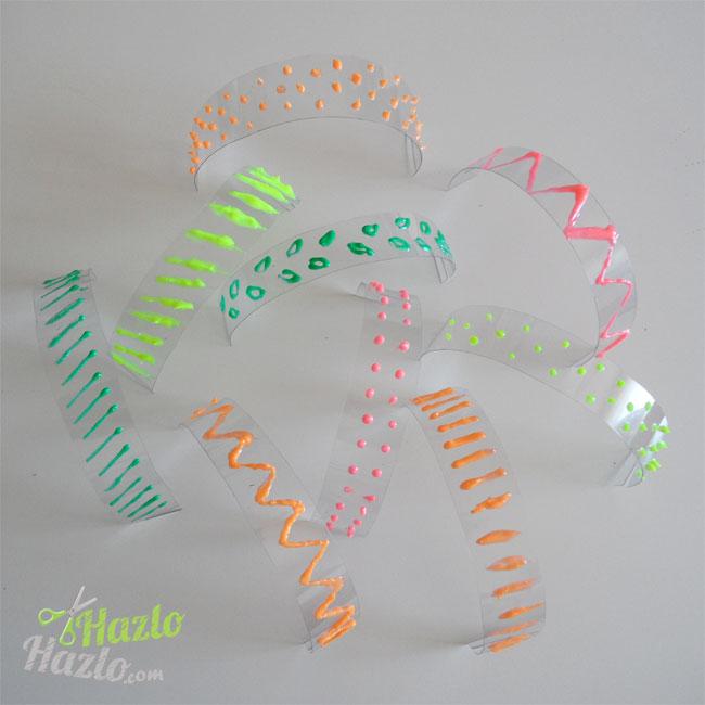 Pulseras de plástico hechas a mano.