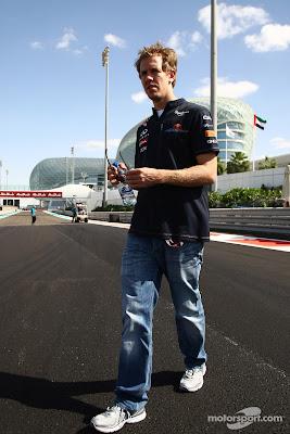 Себастьян Феттель снимает очки во время прогулки по треку перед Гран-при Абу-Даби 2011