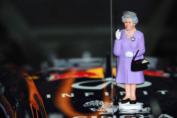 фигурка королевы Соединенного Королевства на болиде Red Bull на Гран-при Австралии 2012
