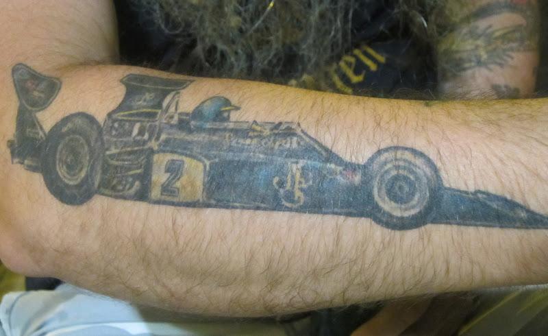 татуировка Ронни Петерсон и Lotus 72 на руке болельщика