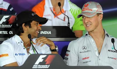 Нараин Картикеян и Михаэль Шумахер веселятся на пресс-конференции в четверг на Гран-при Индии 2011