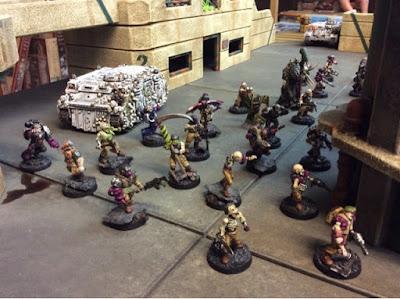 Los enormes silos del centro de la mesa protegen el avance de los zombis
