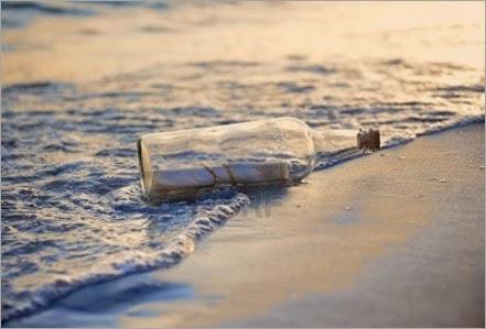 15705886-mensaje-en-una-botella-en-la-playa-durante-la-puesta-de-sol