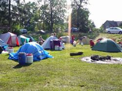 """Tábořiště """"U Barona"""" nabízí sociální zařízení a pitnou vodu. V samotné obci jemožnost stravování a nákupu potravin, nachází se zde také vlaková zastávka."""