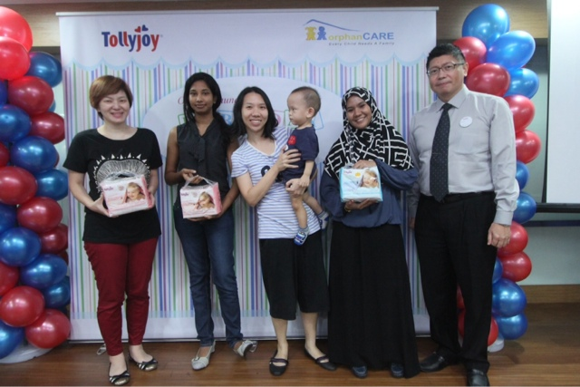 CEO of Tollyjoy Corporation, Mr. Tan Wee Keng (far right) with the four lucky winners of the 'Spin the Wheel' Prize Draw