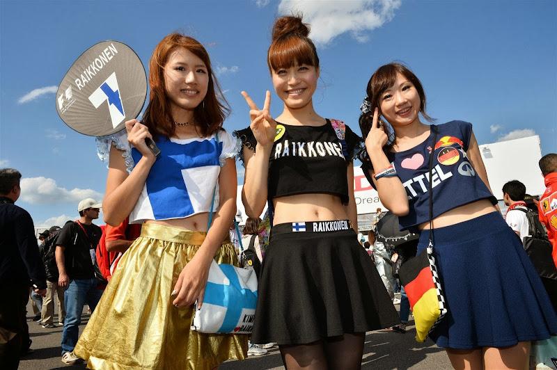 болельщицы Кими Райкконена и Себастьяна Феттеля в оригинальных платьях на Гран-при Японии 2013