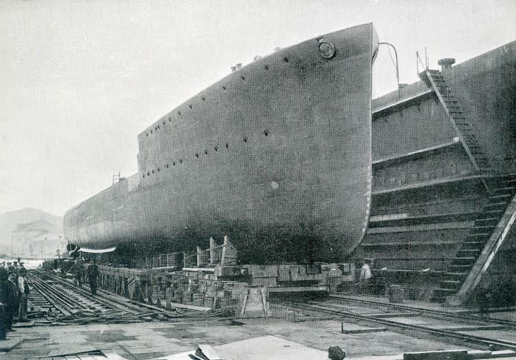 Cartagena. Octubre de 1922.Botadura, desde el dique seco, del destructor ALCEDO. Foto del libro OBRAS SE de CN 1922.jpg
