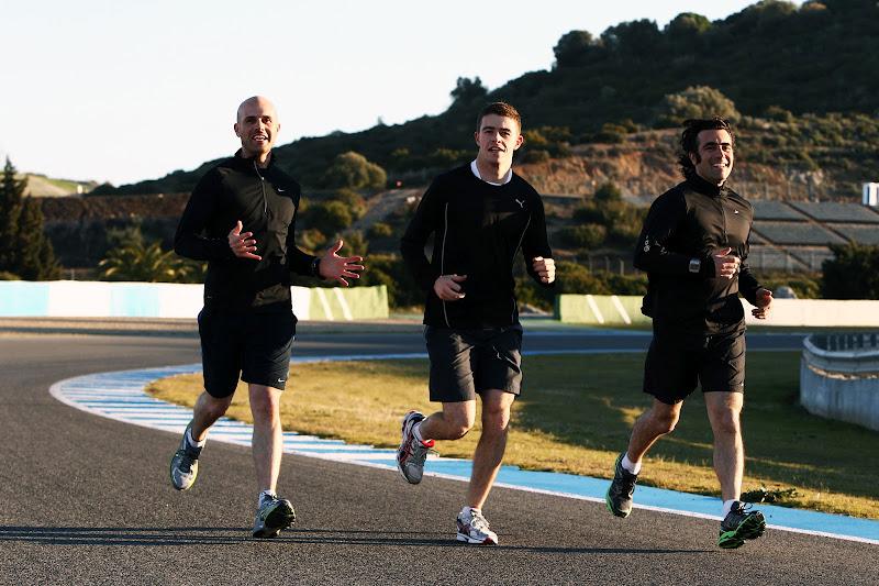 Пол ди Реста в окружении кузенов Марино Франкитти и Дарио Франкитти на пробежке в Хересе 6 февраля 2012