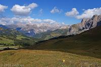 Auf dem Scheitel des Sellajoch (2244m). In der Bildmitte die Geislerspitzen mit Sass Rigais und Furchetta (beide 3025m), davor die Cirspitzen und rechts das Sellamassiv.