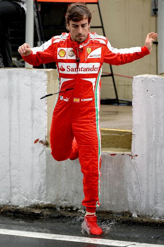 Фернандо Алонсо прыгает в лужу на Гран-при Бразилии 2013