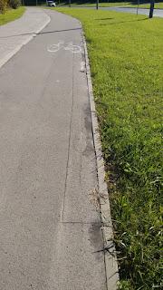 Zapadnięcie wzdłuż krawędzi (strona wschodnia). Zapadnięty asfalt jest już wycięty i czeka na naprawę. Od czasu wycięcia zapadnięcie rozszerzyło się i w tym momencie wymaga połączenia dwóch sąsiednich, już wyciętych zapadnięć.