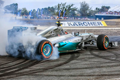 Льюис Хэмилтон жгет резину на фестивале Top Gear в Барбадосе