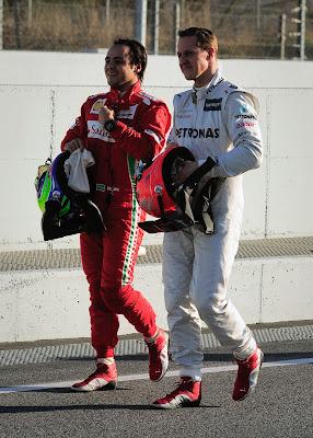 Фелипе Масса и Михаэль Шумахер идут по пит-лейну на предсезонных тестах 2012 в Барселоне 23 февраля 2012