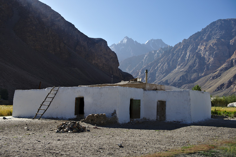 Una din casele tipice din Pamir, la poalele uriasilor de mii de metri.