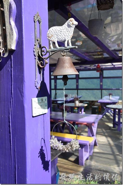 南投清境-瑪格麗特花園餐廳。綿羊站在鈴鐺上。