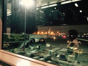 Bilde av et fly ved gate.