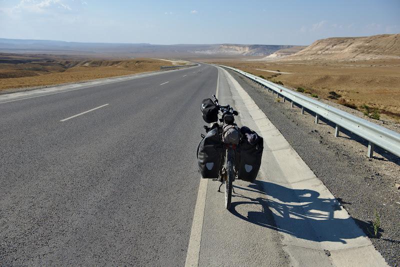 Din nou asfalt perfect in drumul spre Shetpe.