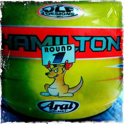кенгуру с табличкой Round 1 на задней стороне шлема Льюиса Хэмилтона на Гран-при Австралии 2012
