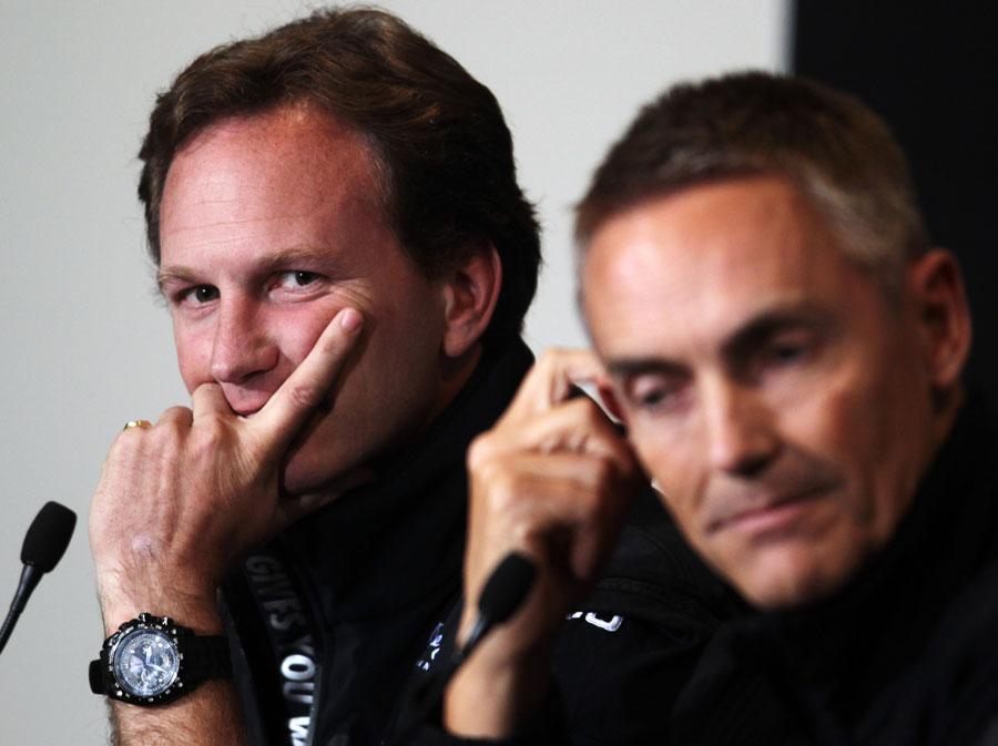Кристиан Хорнер смотрит в сторону Мартина Уитмарша на пресс-конференции в Валенсии на Гран-при Европы 2011