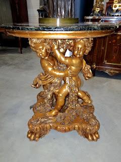 Изумительный круглый стол с резной ножкой. ок.1850 г. Мраморная столешница, резная позолоченная ножка с двумя ангелочками. 90/95 см. 12000 евро.