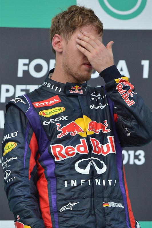 Себастьян Феттель прячет глаза на подиуме Гран-при Малайзии 2013