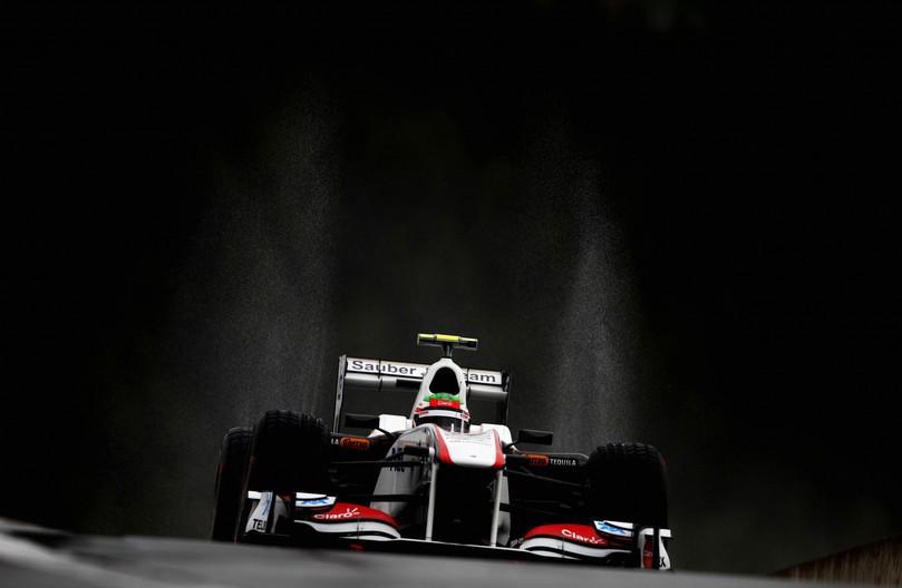 Серхио Перес за рулем болида Sauber на трассе Спа-Франкошам в дождь на Гран-при Бельгии 2011 на свободных заездах в пятнцу