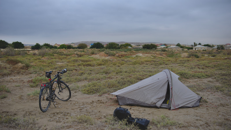 Primul loc de campat din Azerbaidjan, fix in fata portului.